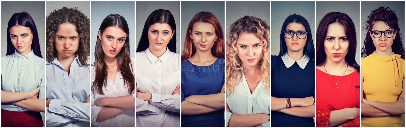Gruppo scontroso arrabbiato di donne pessimistiche con il cattivo atteggiamento fotografia stock