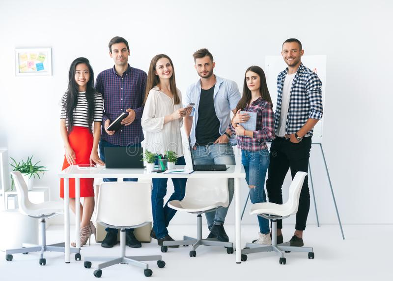 Gruppo sorridente di gente di affari nell'ufficio fotografie stock