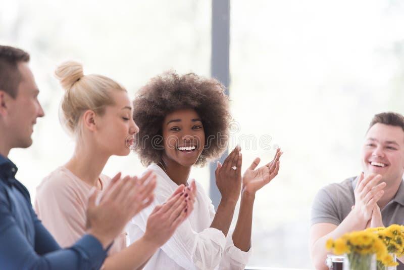 Gruppo startup multietnico di gente di affari che celebra s fotografie stock libere da diritti