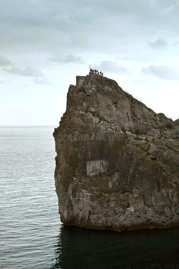 Gruppo turistico scalato alla cima di una roccia vincita immagine stock libera da diritti