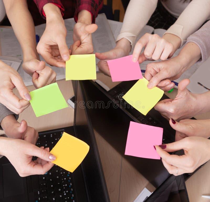 Gruppo unito del compagno di classe di visualizzazione superiore dell'area di lavoro del gruppo di affari di computer della tavol fotografia stock