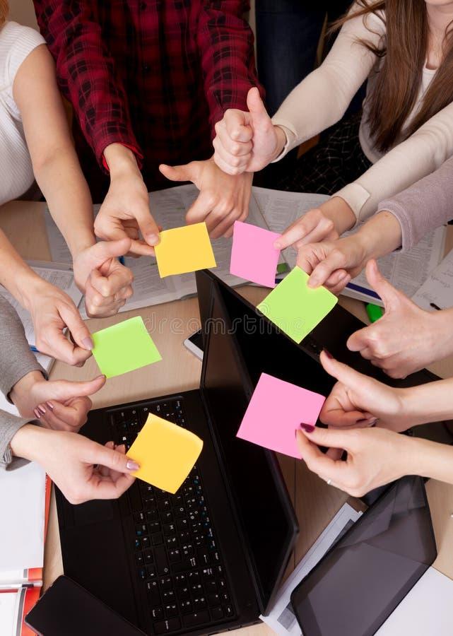 Gruppo unito del compagno di classe di visualizzazione superiore dell'area di lavoro del gruppo di affari di computer della tavol immagine stock