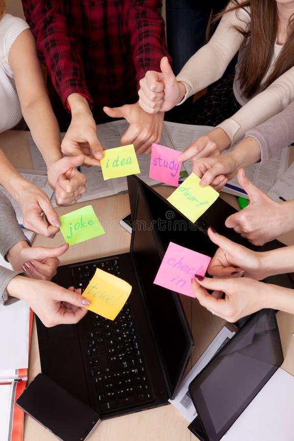 Gruppo unito del compagno di classe di visualizzazione superiore dell'area di lavoro del gruppo di affari di computer della tavol fotografie stock