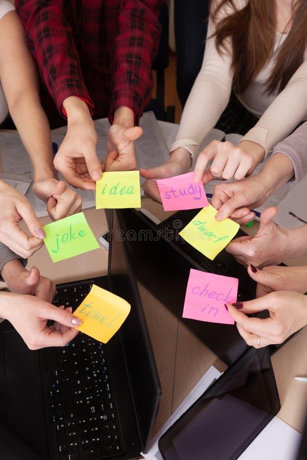 Gruppo unito del compagno di classe di visualizzazione superiore dell'area di lavoro del gruppo di affari di computer della tavol immagini stock libere da diritti