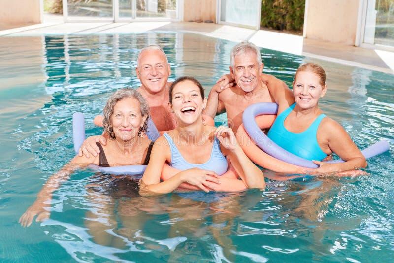 Gruppo vitale di anziani nella piscina fotografia stock libera da diritti
