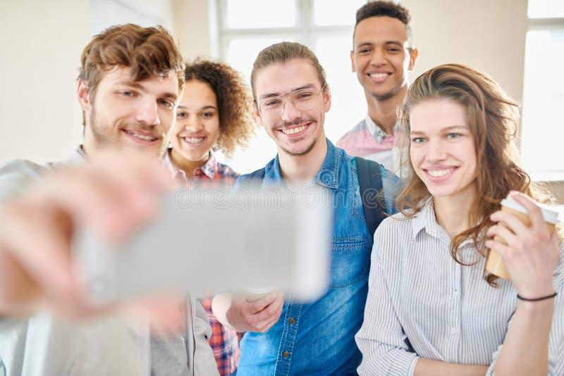 Gruppselfie av studenter arkivfoton
