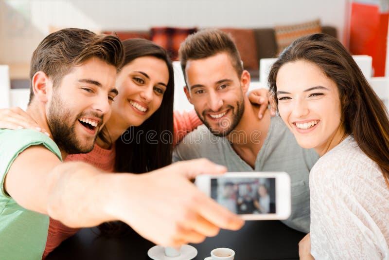 Gruppselfie på coffee shop royaltyfri fotografi
