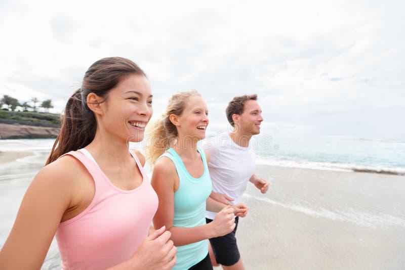 Gruppspring på att jogga för strand royaltyfria foton