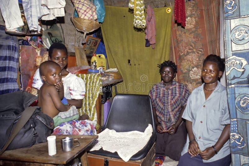 Gruppstående av den ugandiska familjen i vardagsrum royaltyfri bild