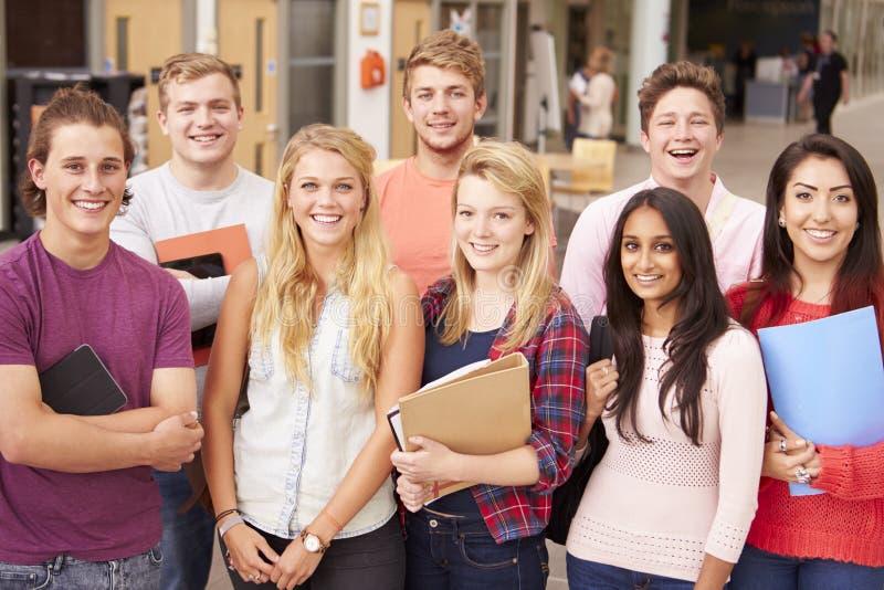 Gruppstående av högskolestudenter arkivbild