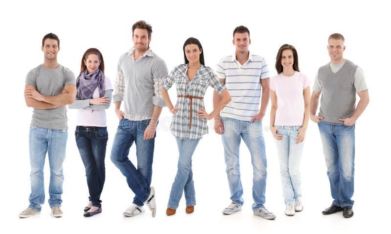 Gruppstående av lyckliga ungdomar arkivfoto