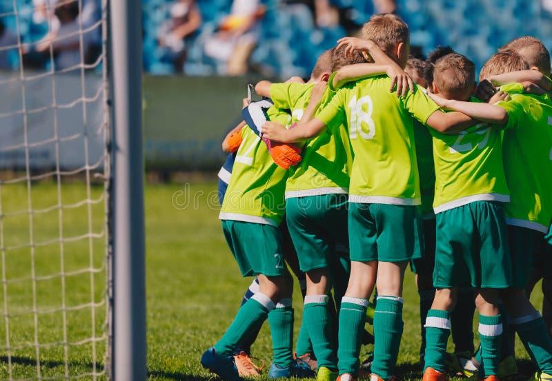 Gruppstående av pojkes fotbolllaget Fotbollbråtebild Fotbollslag för barn` s på graden royaltyfri bild