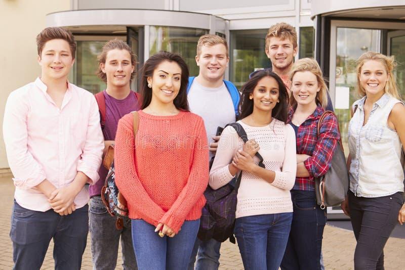 Gruppståenden av högskolestudenter med handleder fotografering för bildbyråer