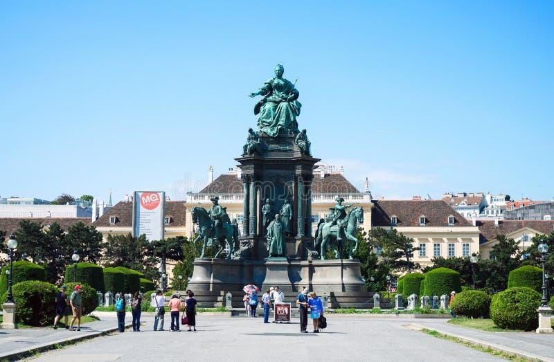 Gruppturist och lokalt folk på kejsarinnan Maria Theresien Denkmal Monument i naturhistoriamuseet på Wien, Österrike royaltyfri bild