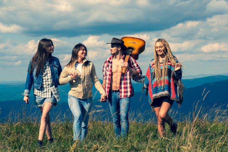 Grupuj znajomych w obozie Grupa przyjaciół chodzących i cieszących się czasem razem Przyjaciele udają się w podróż w górach Znajo obraz royalty free