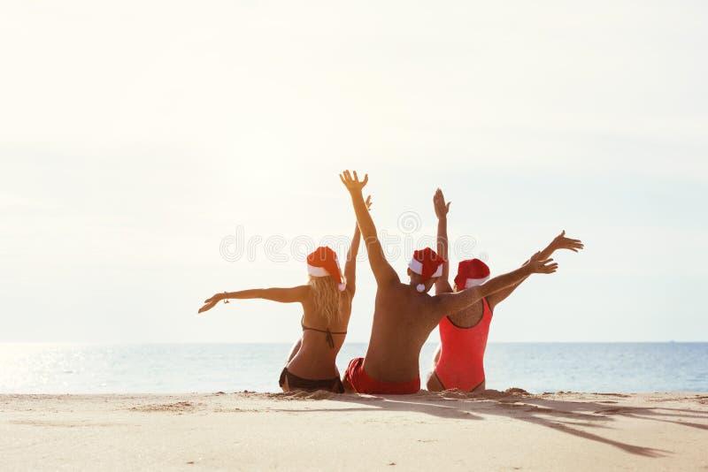 Grupuje trzy przyjaciół Santa ` s nowego roku kapeluszowego pojęcie zdjęcie royalty free