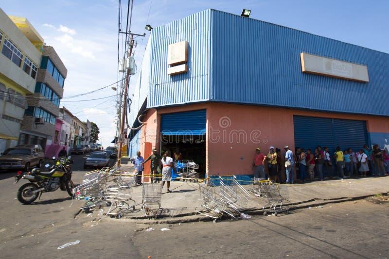 Grupy ludzi czekanie w linii przy jawnym supermarketem w Ciuda zdjęcie royalty free