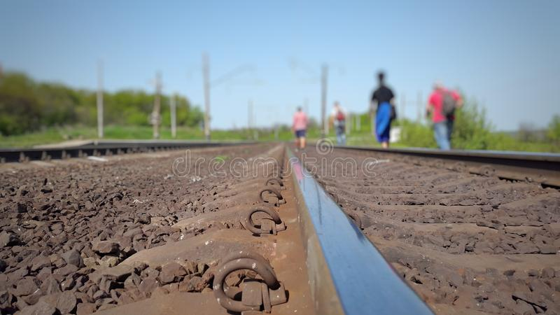 grupy ludzi odprowadzenie wzdłuż kolejowych śladów fotografia royalty free