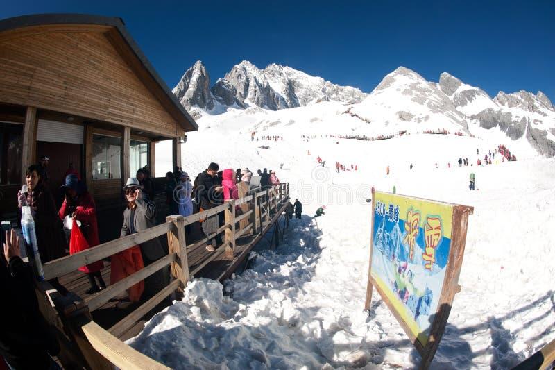 Grupy podróżnik na chabeta smoka śnieżnej górze, obraz stock