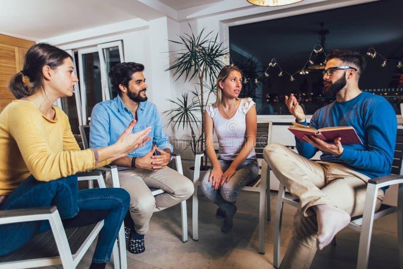 Grupy pomocy spotkanie dla ludzi ono zmaga się z nałogiem obraz stock