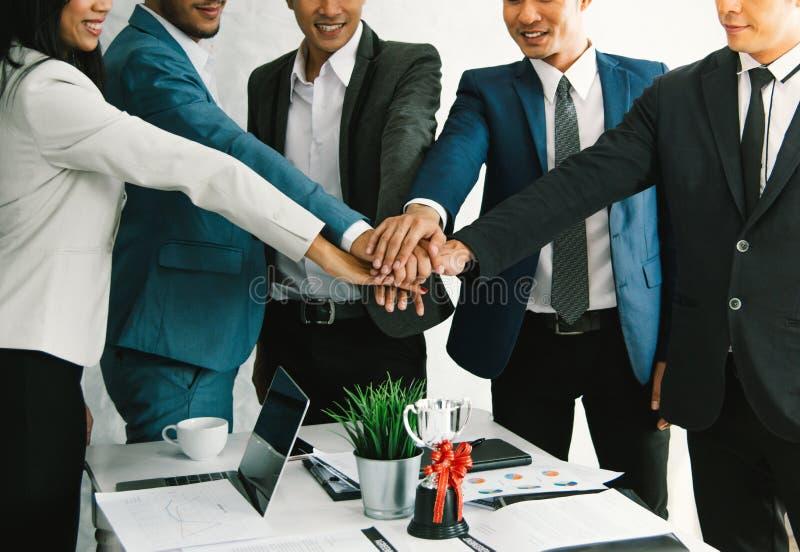 Grupy zespalają się nowego biznesowego wodowanie dążenie przyszłość obraz stock