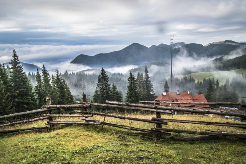 Gruselige Berge lizenzfreie stockfotos