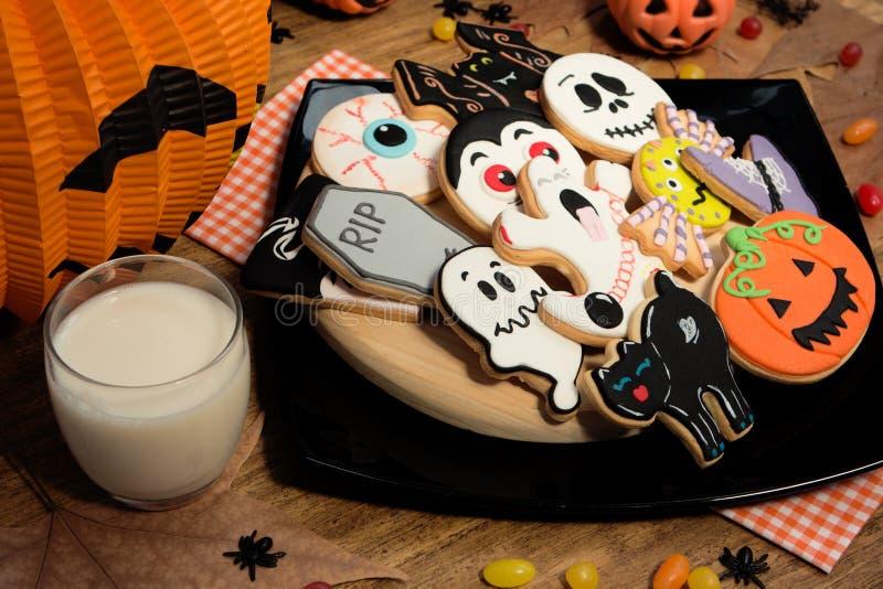 Gruselige Halloween-Plätzchen nahe bei einem Milchglas stockfotografie