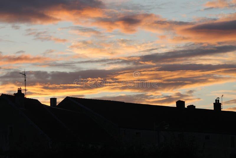 Gruselige orange Luft und Wolken stockbild