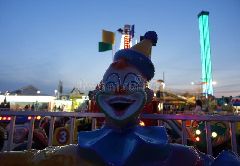 Gruseliger Clown im Vergnügungspark lizenzfreie stockfotos