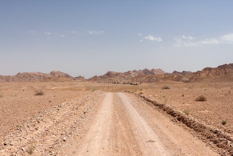 Grusväg i dyn, Dasht-e Kavir öken, Iran arkivbilder