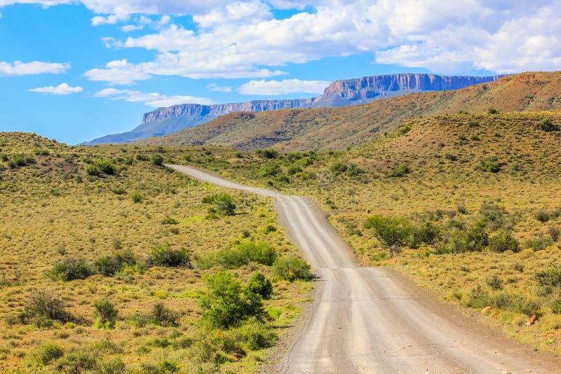 Grusväg i Karoonationalparken, Sydafrika royaltyfri bild