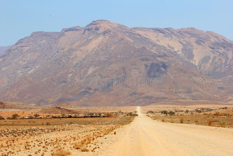 GrusvägBrandberg högst berg, Namibia arkivfoto