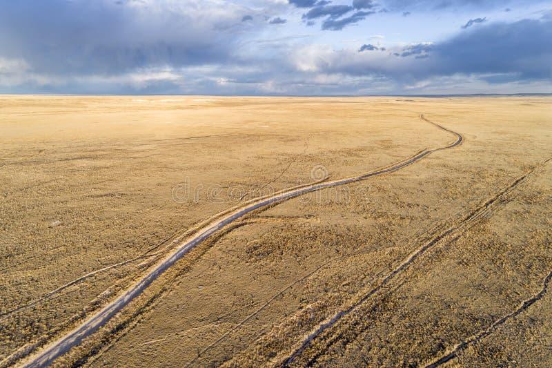 Grusvägspolning till och med prärie i nordliga Colorado fotografering för bildbyråer