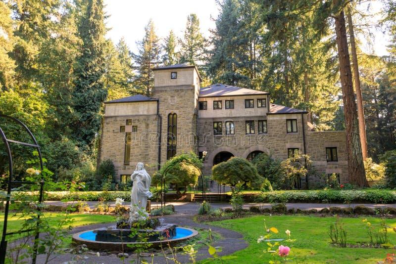 A gruta, é um santuário e um santuário exteriores católicos situados no distrito de Madison South de Portland, Oregon, Estados Un imagens de stock