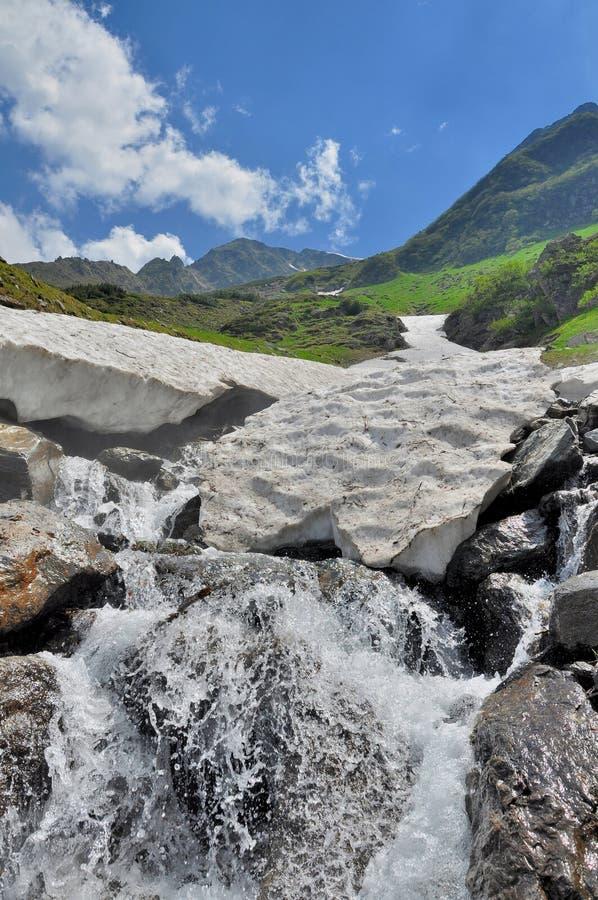 Download Gruta De La Nieve Sobre El Río De La Montaña Imagen de archivo - Imagen de hielo, paisaje: 41917271