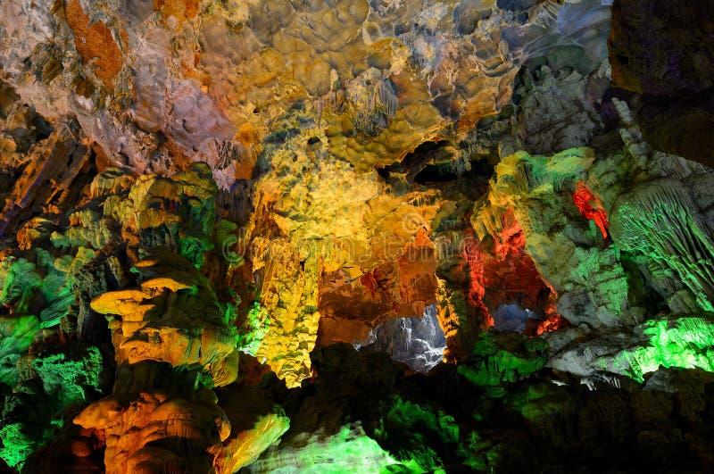 Gruta Hang Sung Sot (gruta) de la sorpresa, bahía de Halong fotografía de archivo libre de regalías