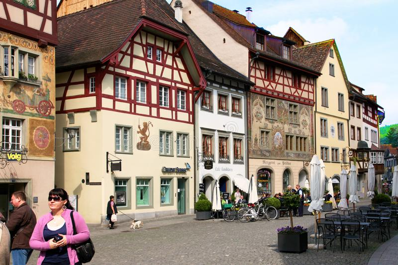 Gruyère, Suíça - em maio de 2017: A rua do lugar turístico da cidade velha, com pintado com metade-timbere antiga das casas do fr fotografia de stock