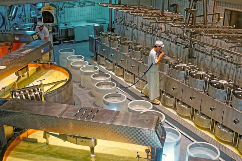 Gruyeres清洁乳酪的奶酪制造工厂的工作者 免版税库存照片