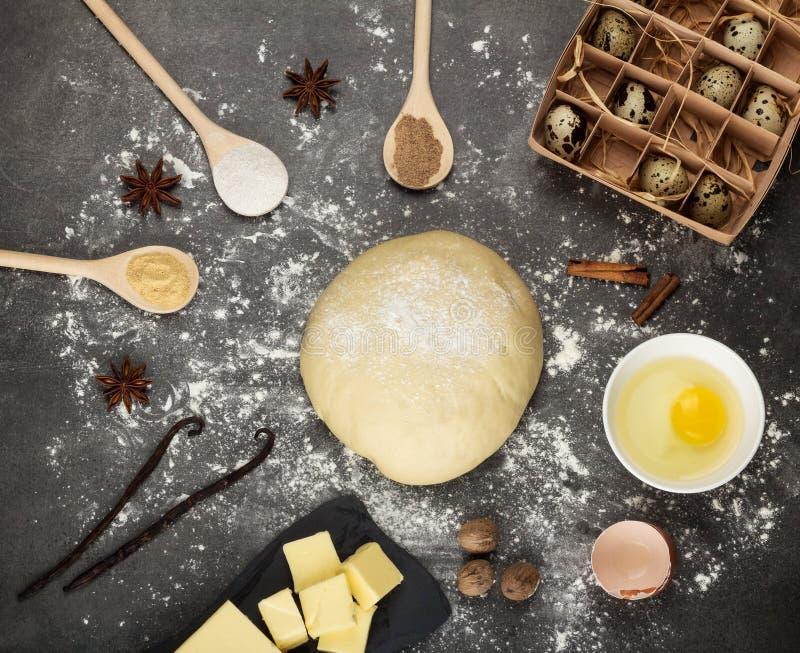 Gruzeł kończący ciasto, masło, jajka, pikantność w łyżkach na szarość ukazuje się fotografia royalty free