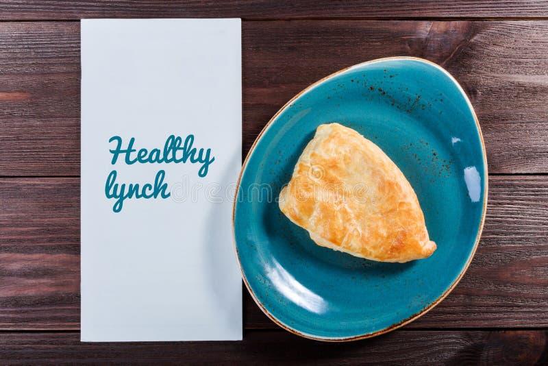 Gruziński khachapuri flatbread lub mieszkanie tort z serem na półkowym Domowej roboty pieczeniu Odgórny widok fotografia stock