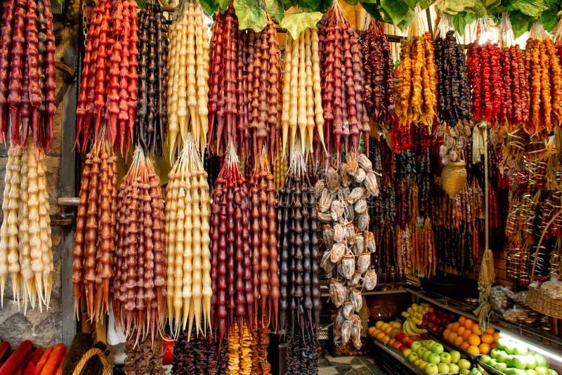 Gruzja lokalny bazar Sprzeda? krajowi cukierki od winogron i dokr?tek - ?Churchkhela ?, ?wie?ych i wysuszonych owoc i warzywo, zdjęcia stock