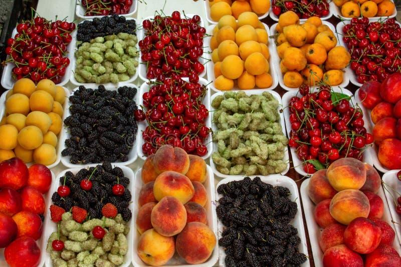 Gruzja lokalny bazar Sprzeda? krajowi cukierki od winogron i dokr?tek - ?Churchkhela ?, ?wie?ych i wysuszonych owoc i warzywo, fotografia royalty free