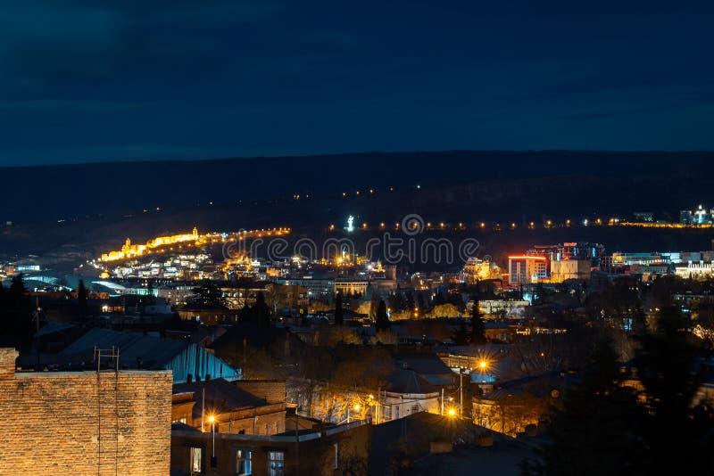Gruzja, Tbilisi - 05 02 2019 - Noc pejzażu miejskiego widok Sławni punkty zwrotni iluminujący - wizerunek obrazy royalty free
