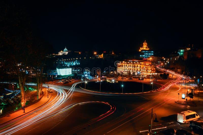 Gruzja, Tbilisi - 05 02 2019 - Noc widok nad Europa kwadratowego i Świętego trinity Sameba kościół w tle obraz royalty free