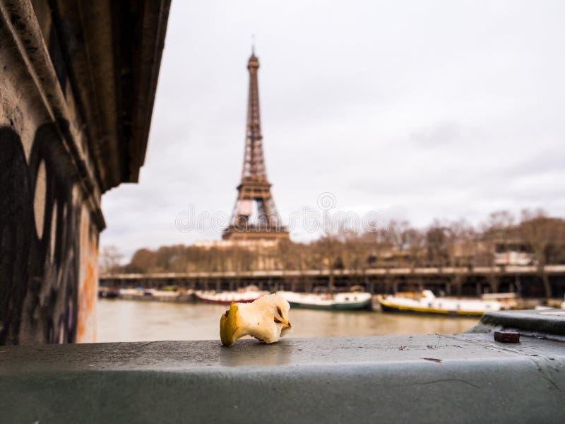 Gryźć jabłczany sedno opuszczać na Paryż moscie zdjęcia royalty free