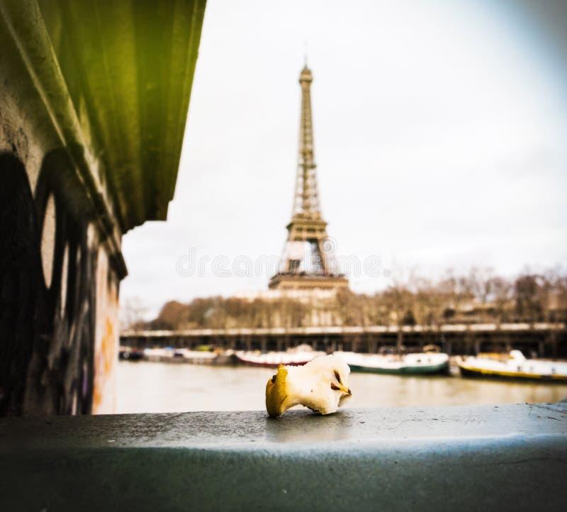 Gryźć jabłczany sedno opuszczać na Paryż moscie fotografia stock