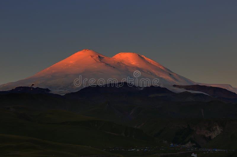 Gry över dalen på foten av Mount Elbrus royaltyfri foto