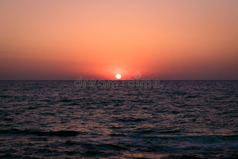 Gry över havet, morgon på havet, havet Sollöneförhöjningarna från horisonten royaltyfri bild