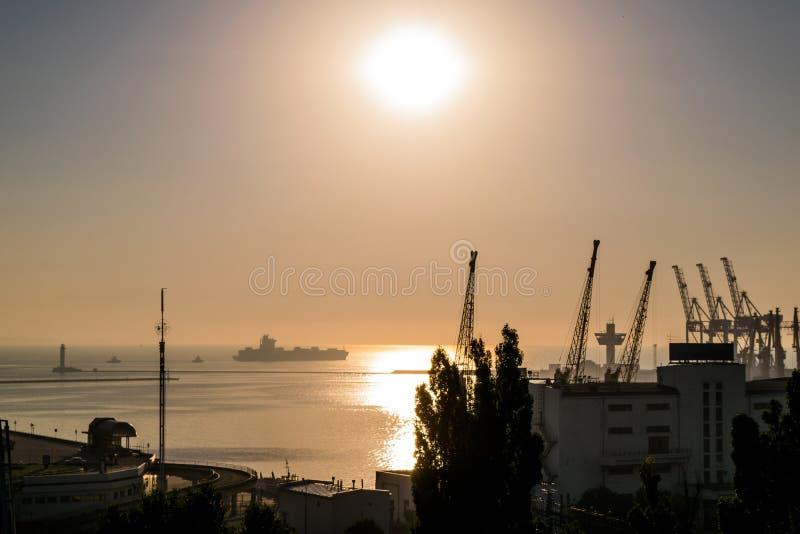 Gry över havet, morgon på havet, havet Sollöneförhöjningarna från horisonten royaltyfri foto