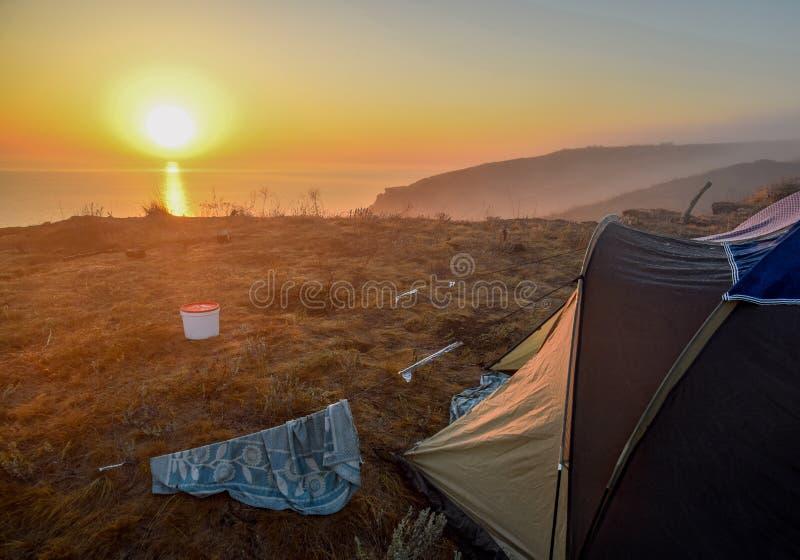 Gry över havet, soluppgång över tältet arkivfoton